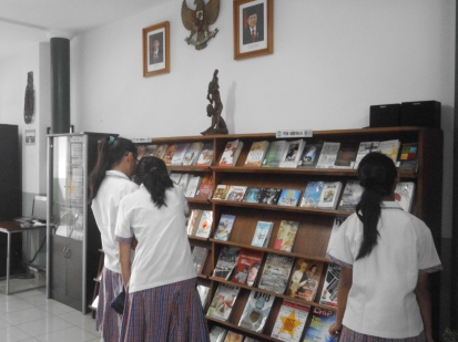 RAK DISPLAY BUKU BARU